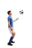 Jugador de fútbol adolescente con un fútbol Imagenes de archivo