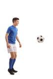 Jugador de fútbol adolescente con un fútbol Imagen de archivo