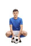 Jugador de fútbol adolescente con un fútbol Fotos de archivo libres de regalías