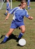 Jugador de fútbol adolescente de la juventud en la acción Imagen de archivo libre de regalías