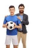Jugador de fútbol adolescente que presenta con su padre Imagen de archivo