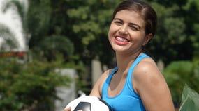 Jugador de fútbol adolescente de sexo femenino feliz Foto de archivo libre de regalías