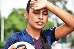 Jugador de fútbol adolescente de sexo femenino joven cansado Fotografía de archivo libre de regalías