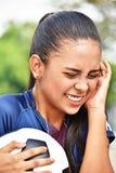 Jugador de fútbol adolescente de sexo femenino joven de risa Imagenes de archivo