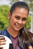 Jugador de fútbol adolescente de sexo femenino joven sonriente Imágenes de archivo libres de regalías