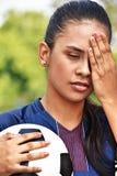 Jugador de fútbol adolescente de sexo femenino joven subrayado Fotos de archivo libres de regalías