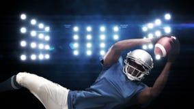 Jugador de fútbol americano contra luces que destellan almacen de video