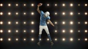 Jugador de fútbol americano contra luces que destellan metrajes