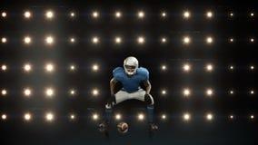 Jugador de fútbol americano contra luces que destellan almacen de metraje de vídeo