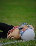 Jugador de fútbol americano de la juventud abajo Fotos de archivo libres de regalías