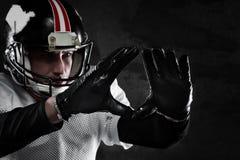 Jugador de fútbol americano en fondo oscuro Imagen de archivo libre de regalías