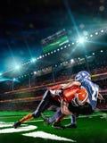 Jugador de fútbol americano en la acción en estadio Imágenes de archivo libres de regalías