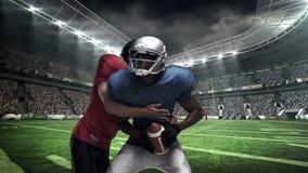 Jugador de fútbol americano que aborda para la bola metrajes
