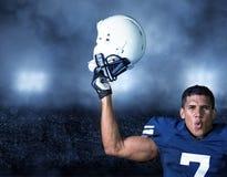 Jugador de fútbol americano que celebra un triunfo Imagen de archivo