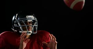 Jugador de fútbol americano que coge la bola 4k almacen de video