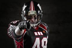 Jugador de fútbol americano que señala en usted Fotos de archivo libres de regalías