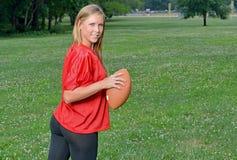 Jugador de fútbol americano rubio atractivo de la mujer Imagenes de archivo