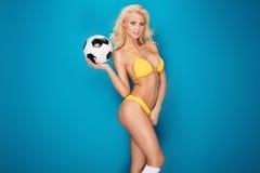 Jugador de fútbol atractivo de sexo femenino fotografía de archivo libre de regalías
