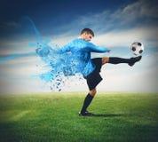 Jugador de fútbol con la bola imágenes de archivo libres de regalías