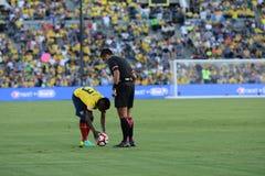 Jugador de fútbol de Ecuatorian delante del árbitro durante Copa Ame Foto de archivo