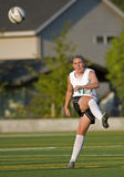 Jugador de fútbol de las muchachas que golpea la bola con el pie imágenes de archivo libres de regalías