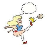 jugador de fútbol de sexo femenino de la historieta que golpea la bola con el pie con la burbuja del pensamiento Imagen de archivo libre de regalías