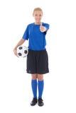 Jugador de fútbol de sexo femenino en el uniforme del azul que detiene los pulgares de la bola Foto de archivo libre de regalías