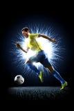 Jugador de fútbol del fútbol profesional en la acción en negro Foto de archivo libre de regalías