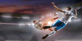 Jugador de fútbol en ataque Técnicas mixtas Foto de archivo
