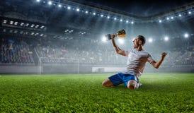 Jugador de fútbol en el estadio Técnicas mixtas imágenes de archivo libres de regalías