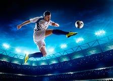 Jugador de fútbol en la acción imagen de archivo libre de regalías
