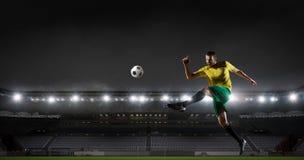 Jugador de fútbol en la arena de deporte Técnicas mixtas Fotos de archivo