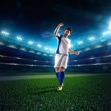 Jugador de fútbol en panorama de la acción Fotos de archivo