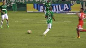 Jugador de fútbol ensuciado almacen de metraje de vídeo
