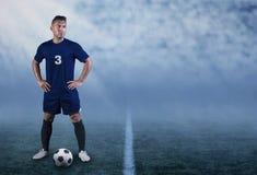 Jugador de fútbol hispánico profesional en el campo listo para jugar fotografía de archivo libre de regalías