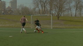 Jugador de fútbol joven que gotea durante partido de fútbol almacen de video