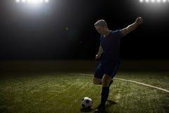 Jugador de fútbol profesional en la acción foto de archivo libre de regalías