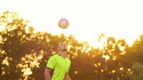 Jugador de fútbol profesional que salta para dirigir metrajes