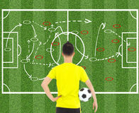 Jugador de fútbol que celebra una bola y que piensa táctica del ataque fotos de archivo