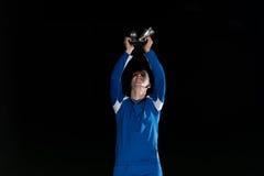 Jugador de fútbol que celebra a Victory While Holding Win Coup Fotos de archivo libres de regalías