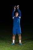 Jugador de fútbol que celebra a Victory While Holding Win Coup Fotografía de archivo libre de regalías