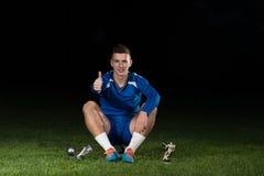 Jugador de fútbol que celebra a Victory While Holding Win Coup Imagen de archivo libre de regalías