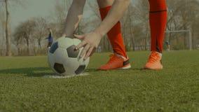 Jugador de fútbol que coloca la bola en punto de la pena almacen de video