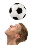 Jugador de fútbol que demuestra cabeceras Imagenes de archivo
