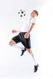 Jugador de fútbol que ejercita con la bola Imagenes de archivo