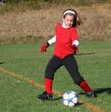 Jugador de fútbol que golpea la bola con el pie 55 Imagen de archivo libre de regalías