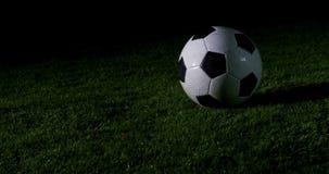 Jugador de fútbol que golpea la bola con el pie 4k almacen de metraje de vídeo