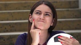 Jugador de fútbol de sexo femenino adolescente atlético confuso almacen de metraje de vídeo