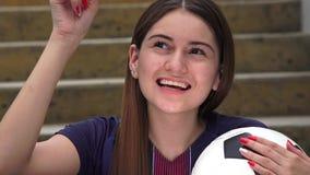 Jugador de fútbol de sexo femenino adolescente atlético e ideas almacen de metraje de vídeo
