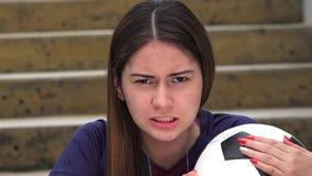 Jugador de fútbol de sexo femenino adolescente atlético enojado almacen de metraje de vídeo